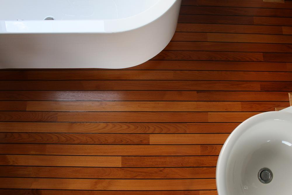 Scheepsdekvloer in een badkamer