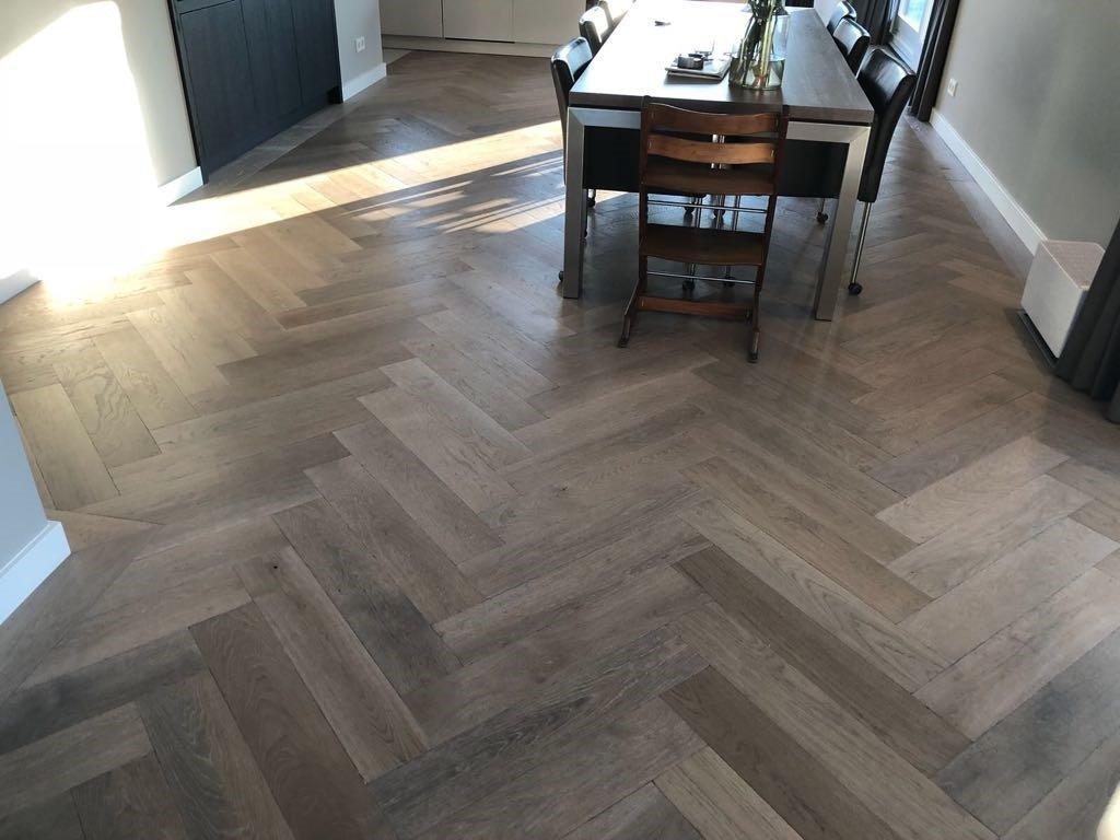 Visgraat-vloer-Waalwijk-gerookt-greywash-3