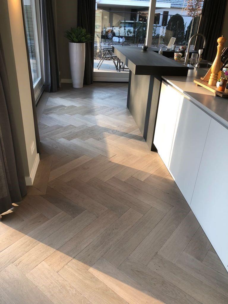Visgraat-vloer-Waalwijk-gerookt-greywash-4